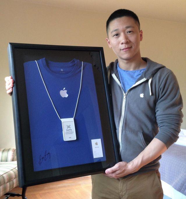 Sam Sung exposant sa dernière carte de visite et son t-shirt de vendeur en Apple Store.