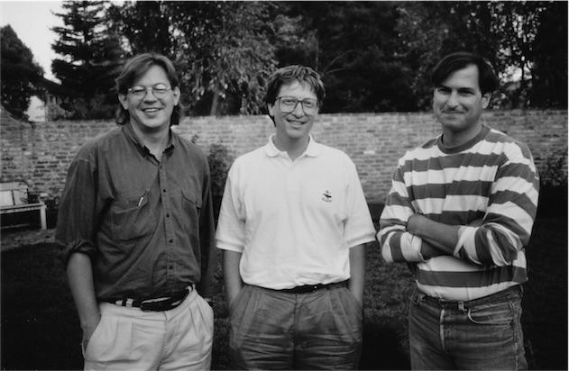 À gauche de Bill Gates et Steve Jobs, Rick Tetzeli, l'un des deux auteurs du livre. Brent Scheider, l'autre auteur, a pris la photo en 1991.